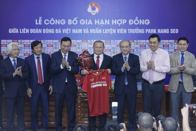 HLV Park Hang Seo chia sẻ xúc động trong ngày gia hạn hợp đồng với VFF-3