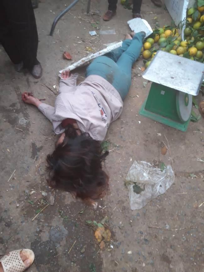 Xôn xao sự việc mặc cả bưởi không thành, người phụ nữ lao vào đánh nhau với tiểu thương rồi lăn đùng ra giả chết-3