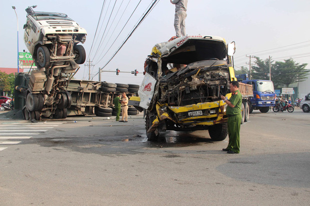 Clip: Kinh hoàng khoảnh khắc xe tải tông xe ben chổng ngược lên trời khiến 2 người bị thương nặng mắc kẹt trong cabin-1