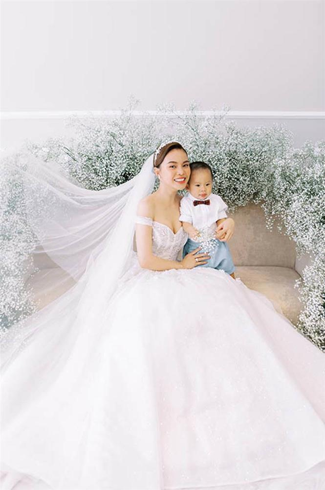 Giang Hồng Ngọc bế con trai chụp ảnh cưới với chồng hơn 8 tuổi-3