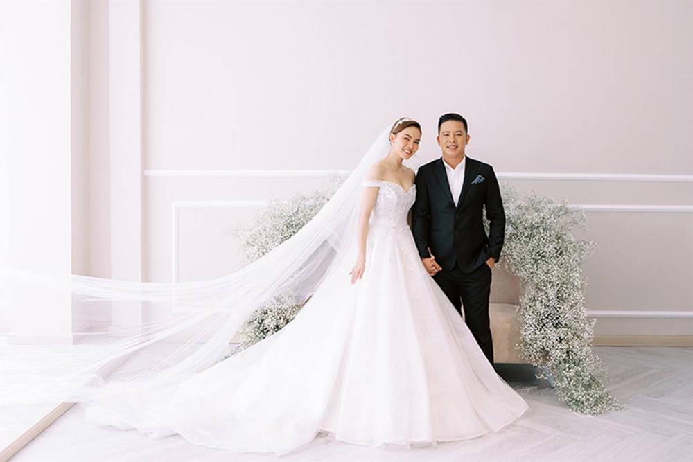 Giang Hồng Ngọc bế con trai chụp ảnh cưới với chồng hơn 8 tuổi-7