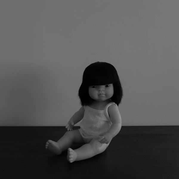 Con gái 6 tuổi khóc, bảo rằng búp bê nhìn mình chằm chằm vào ban đêm, bố mẹ lạnh người khi tìm ra sự thật-2