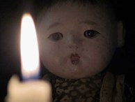 Con gái 6 tuổi khóc, bảo rằng búp bê nhìn mình chằm chằm vào ban đêm, bố mẹ lạnh người khi tìm ra sự thật