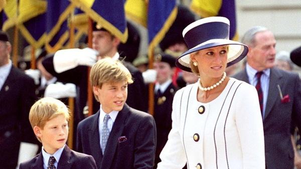 Ngắm bộ ảnh chân dung cuối cùng của Công nương Diana - vẻ đẹp rạng rỡ của sự tự do nhưng cũng là kí ức nhói đau trong lòng 2 Hoàng tử-6