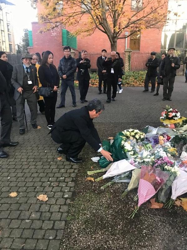 Ảnh: Đại sứ quán và người Việt tại Anh đặt hoa tưởng niệm 39 nạn nhân ở Essex-1