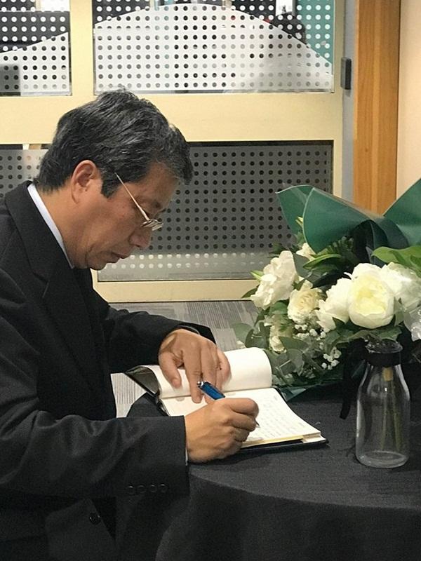 Ảnh: Đại sứ quán và người Việt tại Anh đặt hoa tưởng niệm 39 nạn nhân ở Essex-2