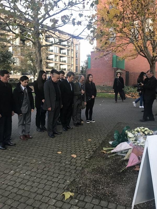 Ảnh: Đại sứ quán và người Việt tại Anh đặt hoa tưởng niệm 39 nạn nhân ở Essex-3