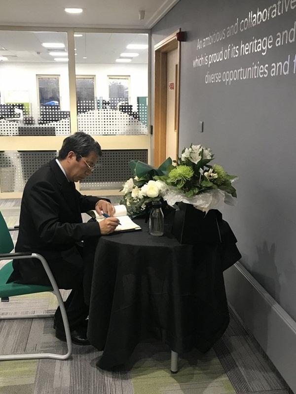 Ảnh: Đại sứ quán và người Việt tại Anh đặt hoa tưởng niệm 39 nạn nhân ở Essex-4