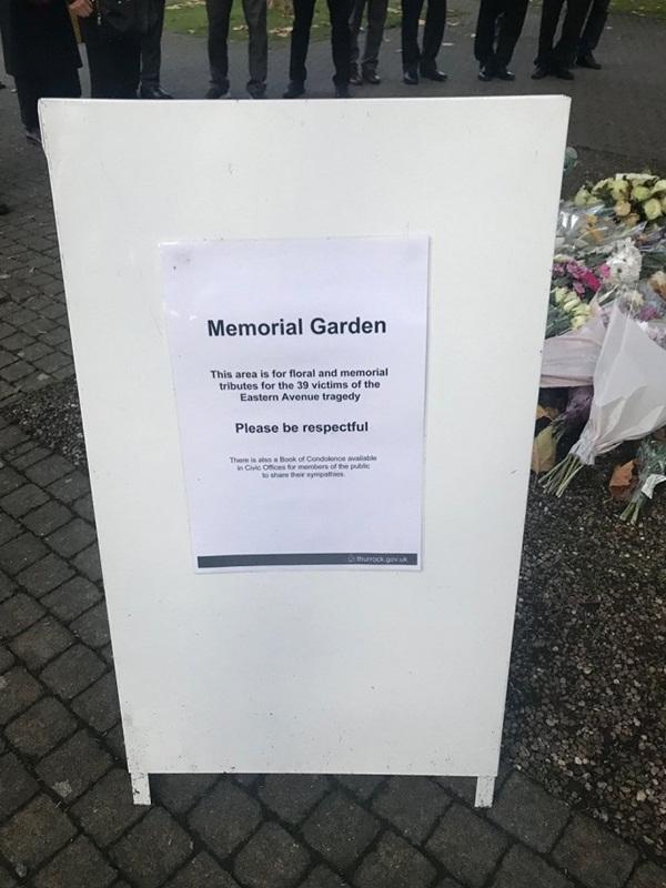 Ảnh: Đại sứ quán và người Việt tại Anh đặt hoa tưởng niệm 39 nạn nhân ở Essex-7