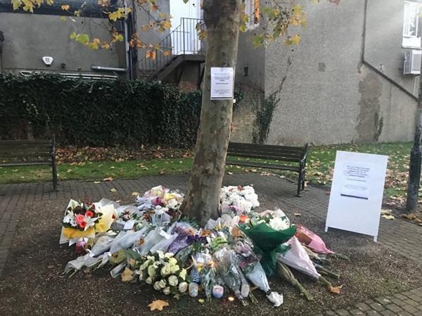 Ảnh: Đại sứ quán và người Việt tại Anh đặt hoa tưởng niệm 39 nạn nhân ở Essex-8