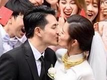 Đông Nhi - Ông Cao Thắng hôn nhau trong lễ ăn hỏi