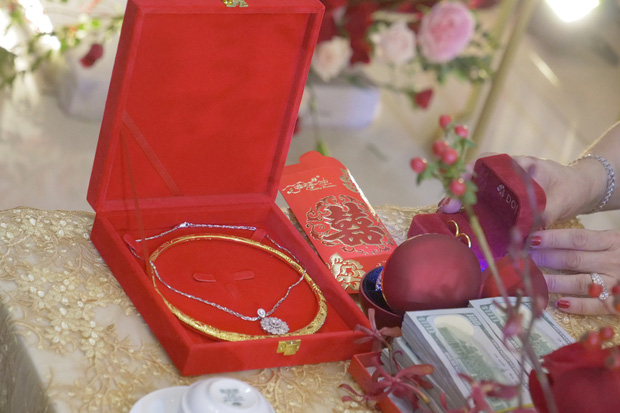 """Loá mắt"""" với sính lễ toàn vàng ròng, đô la Đông Nhi được bố mẹ và nhà Ông Cao Thắng tặng trong lễ rước dâu-1"""