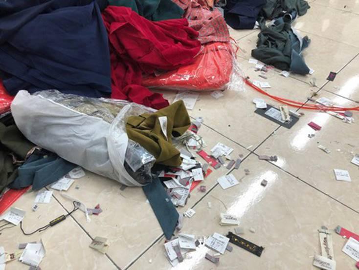 Hà Nội: Phát hiện 4 tấn quần áo nhập lậu được cắt mác, gắn tên nhãn hiệu nổi tiếng-1