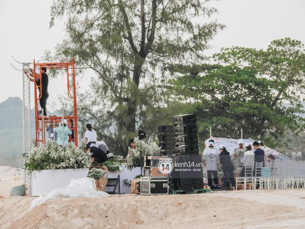 Clip từ Phú Quốc: Đông Nhi cười tươi hết cỡ, bất chấp mệt mỏi cùng ê-kíp gấp rút chuẩn bị lễ cưới tới tối muộn-1
