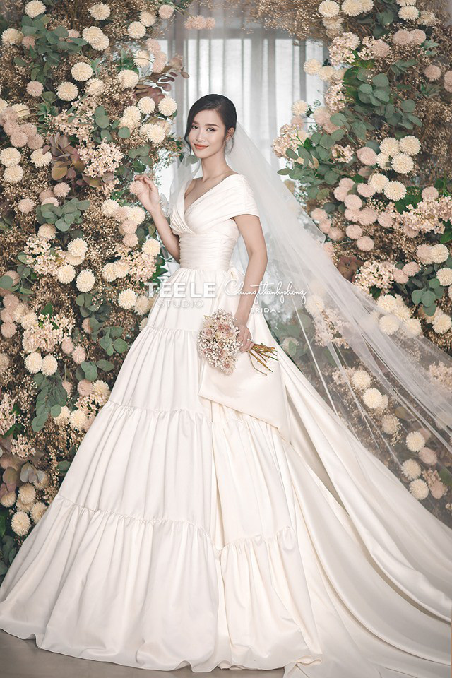 2 mẫu váy cưới chính thức của Đông Nhi vừa được hé lộ: Thiết kế lộng lẫy đẹp tuyệt trần lấy cảm hứng từ công nương Hoàng gia-3