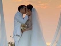 Clip siêu hot: Đông Nhi khoá môi Ông Cao Thắng đắm đuối trong hôn lễ