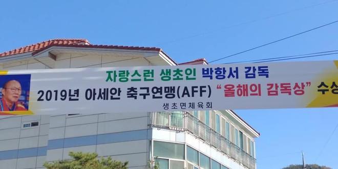 Quê nhà treo băng rôn mừng danh hiệu AFF Awards của HLV Park-1