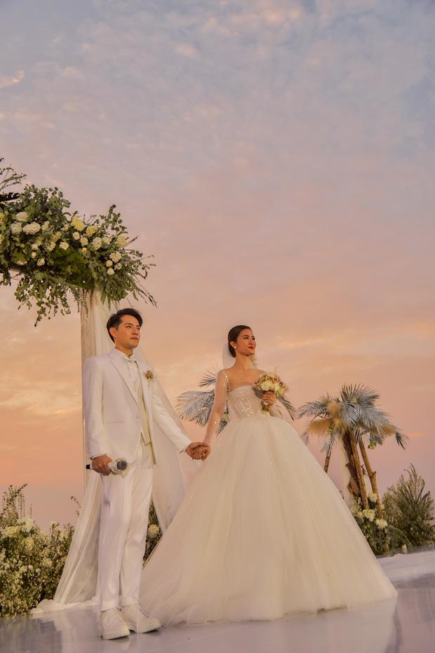 3 váy cưới thay như chạy sô của Đông Nhi: Từ sexy tới kiêu sa, rồi lại sang chảnh như công nương Hoàng gia-3