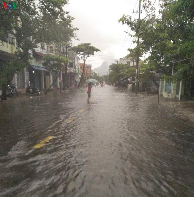 Bão số 6 gây mưa lớn, phố ngập nước, dân vất vả chạy bão-2