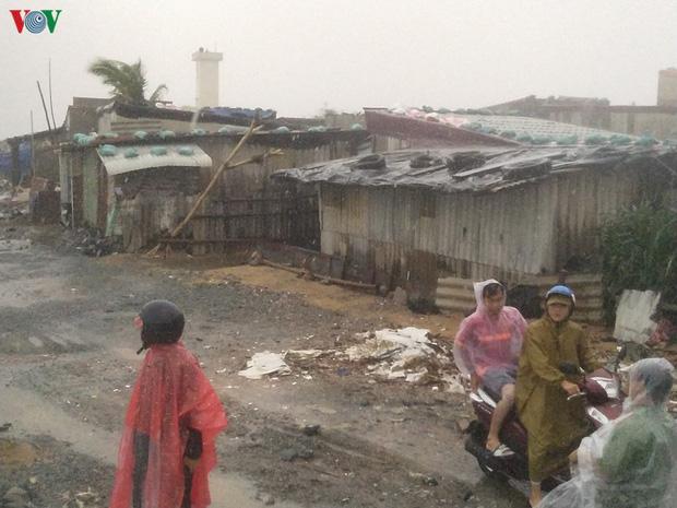 Bão số 6 gây mưa lớn, phố ngập nước, dân vất vả chạy bão-3