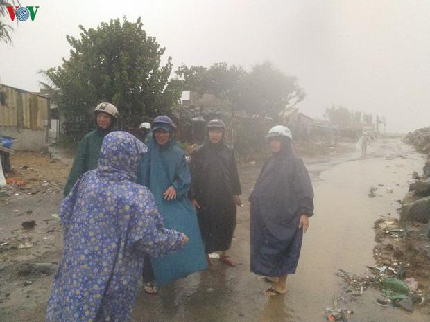 Bão số 6 gây mưa lớn, phố ngập nước, dân vất vả chạy bão-4
