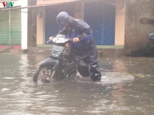 Bão số 6 gây mưa lớn, phố ngập nước, dân vất vả chạy bão-5