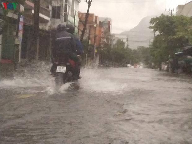 Bão số 6 gây mưa lớn, phố ngập nước, dân vất vả chạy bão-6