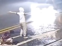 Hình ảnh cặp đôi thanh tú cãi vã giữa đường rồi bị xe tông thẳng gây sốc, cư dân mạng phẫn nộ trước hành động của chàng trai