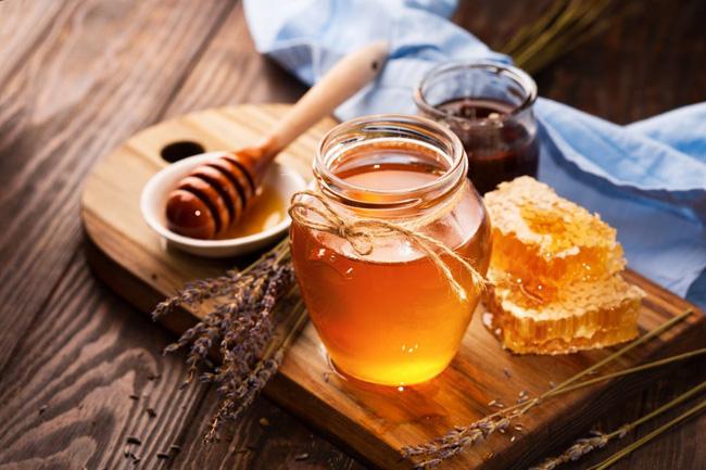 Tuyệt chiêu rửa mặt trong mùa hanh khô: Thêm vài giọt mật ong vào nước, da dẻ ẩm mượt mịn màng miễn chê-1