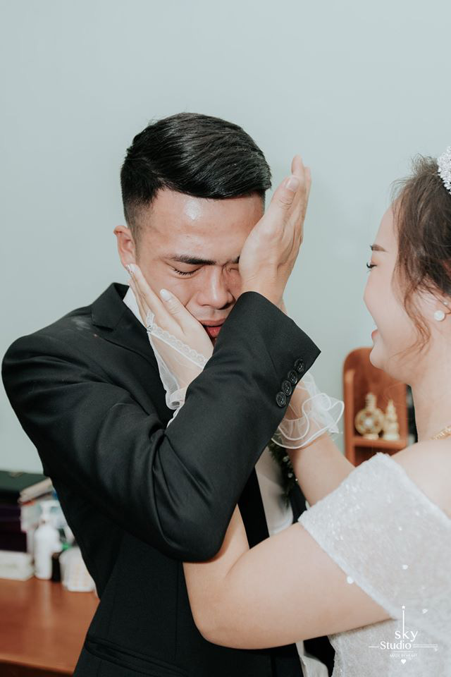 Lấy được vợ, chú rể khóc suốt 15 phút, mẹ cô dâu giây trước cười giây sau thái độ khác hẳn-1