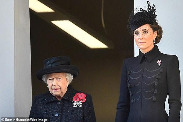 Meghan Markle bị chê gương mặt ảm đạm, không thể chán hơn khi tiếp tục xuất hiện cùng chị dâu Kate-2