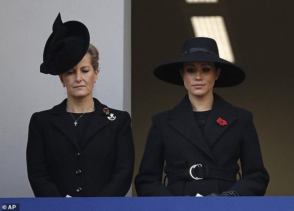 Meghan Markle bị chê gương mặt ảm đạm, không thể chán hơn khi tiếp tục xuất hiện cùng chị dâu Kate-3