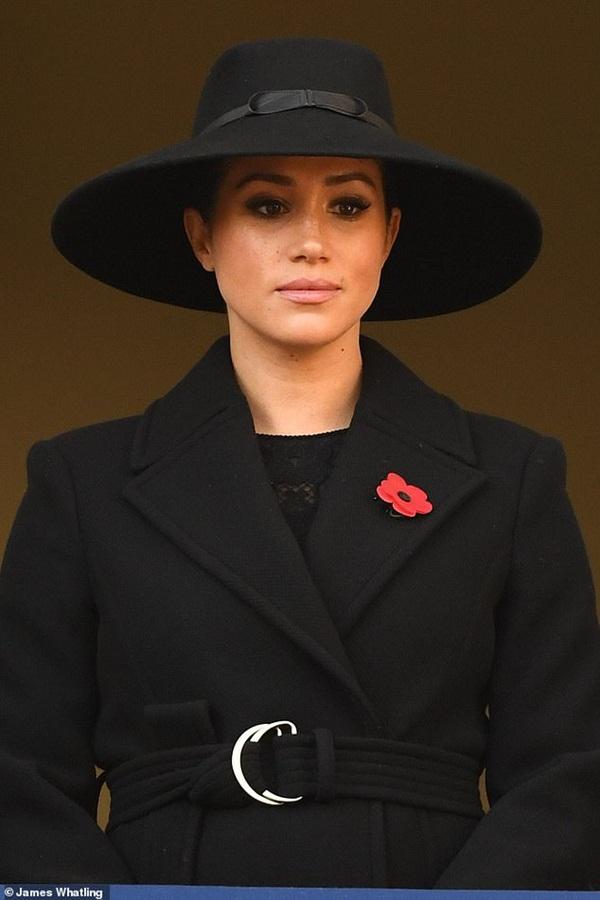 Meghan Markle bị chê gương mặt ảm đạm, không thể chán hơn khi tiếp tục xuất hiện cùng chị dâu Kate-4