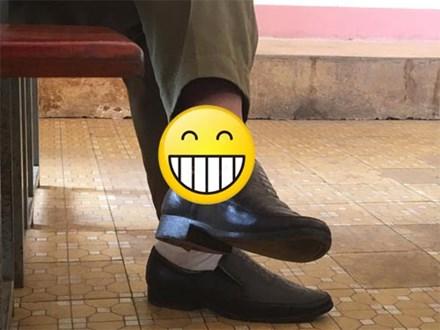 """Lơ là trong phút chốc, nhiều thầy cô giáo bị đám học trò tinh mắt soi thấy """"hiện tượng lạ"""" ở chân!"""
