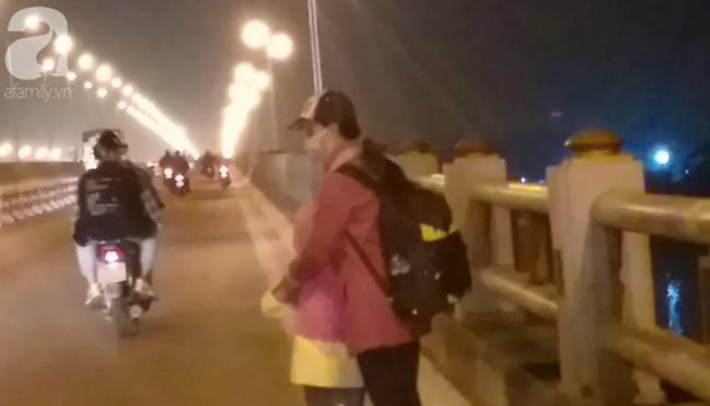 """Sự thật về người phụ nữ suốt nhiều năm dắt con đi nhờ xe"""" trên cầu Thanh Trì: Đứa bé đã lớn nhưng vẫn ngày ngày lang thang cùng mẹ, không được đến trường-2"""