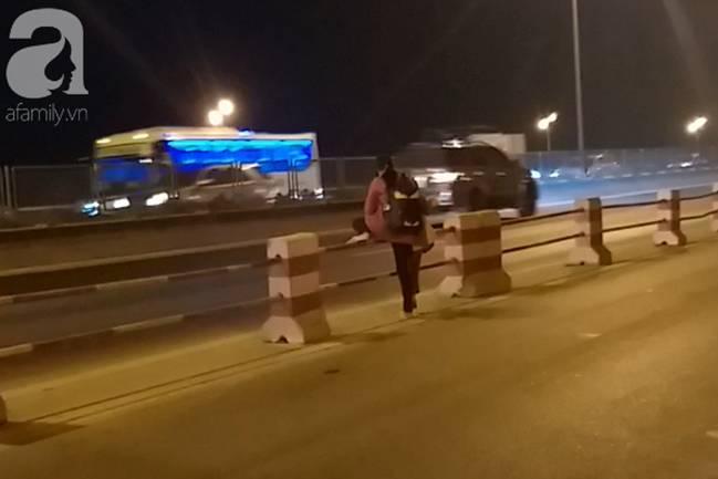 """Sự thật về người phụ nữ suốt nhiều năm dắt con đi nhờ xe"""" trên cầu Thanh Trì: Đứa bé đã lớn nhưng vẫn ngày ngày lang thang cùng mẹ, không được đến trường-5"""