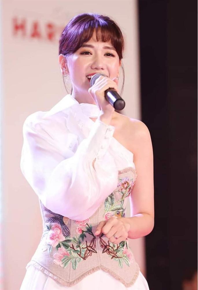 Hari Won gặp tai nạn nàng nào cũng dễ gặp phải khi đánh son, nhìn đến thương nhưng khó mà nhịn cười-3