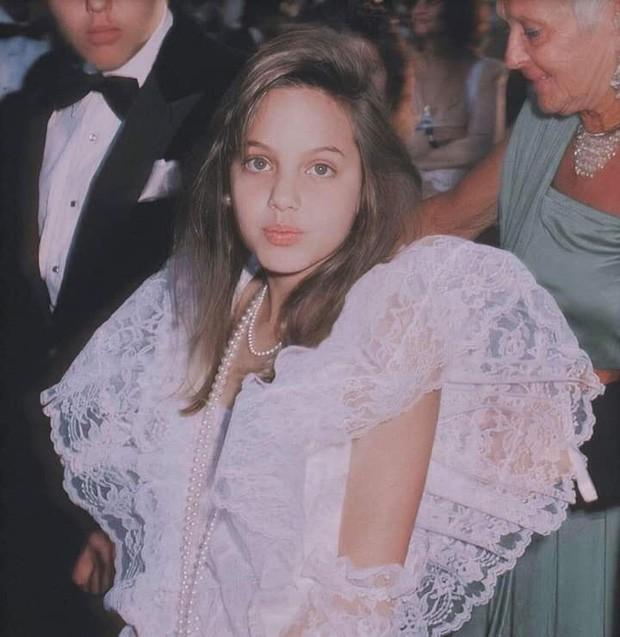 Vẻ đẹp như búp bê của Angelina Jolie năm 11 tuổi-5