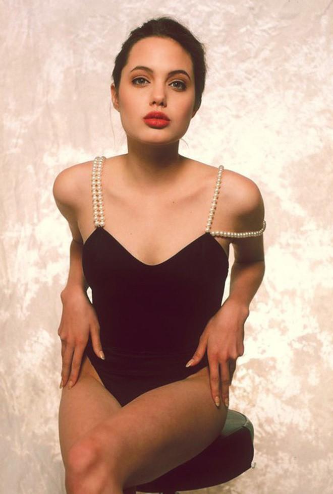 Vẻ đẹp như búp bê của Angelina Jolie năm 11 tuổi-9