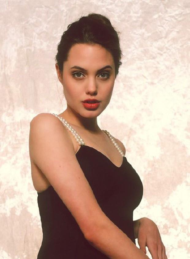 Vẻ đẹp như búp bê của Angelina Jolie năm 11 tuổi-10