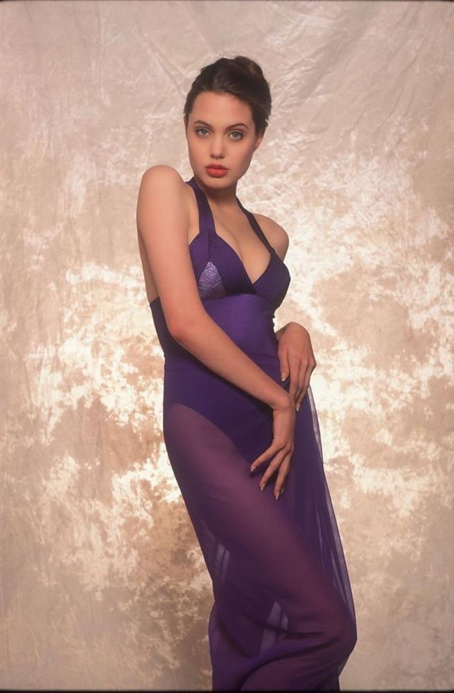 Vẻ đẹp như búp bê của Angelina Jolie năm 11 tuổi-13