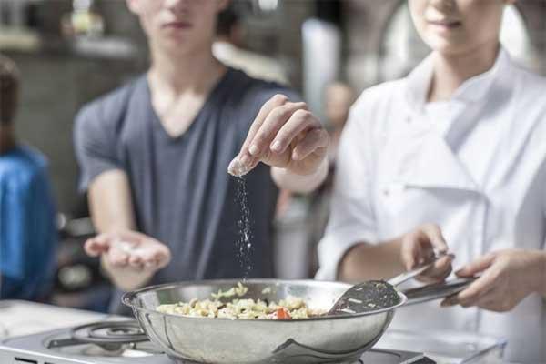 4 mối nguy hiểm khi người Việt ăn quá mặn-1