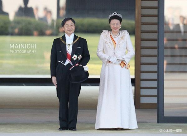Khoảnh khắc Hoàng hậu Masako đôi mắt đỏ hoe, lén lau nước mắt khi diễu hành trước dân chúng trở thành tâm điểm chú ý-1