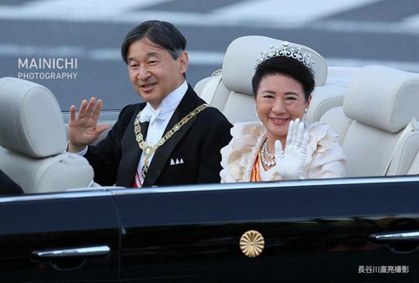 Khoảnh khắc Hoàng hậu Masako đôi mắt đỏ hoe, lén lau nước mắt khi diễu hành trước dân chúng trở thành tâm điểm chú ý-2