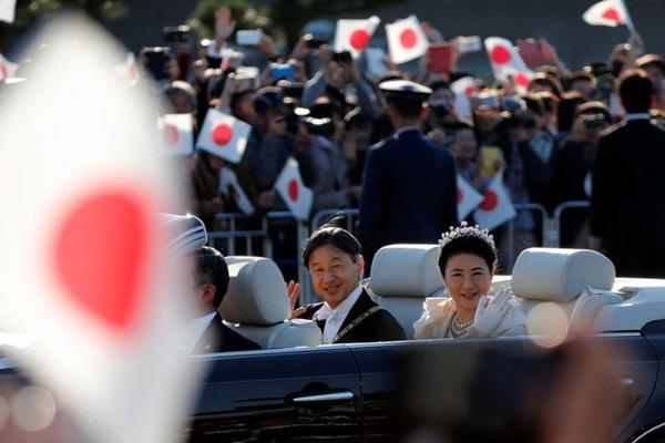 Khoảnh khắc Hoàng hậu Masako đôi mắt đỏ hoe, lén lau nước mắt khi diễu hành trước dân chúng trở thành tâm điểm chú ý-3