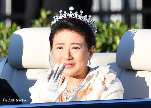 Khoảnh khắc Hoàng hậu Masako đôi mắt đỏ hoe, lén lau nước mắt khi diễu hành trước dân chúng trở thành tâm điểm chú ý-4
