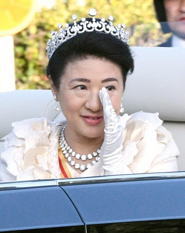 Khoảnh khắc Hoàng hậu Masako đôi mắt đỏ hoe, lén lau nước mắt khi diễu hành trước dân chúng trở thành tâm điểm chú ý-5
