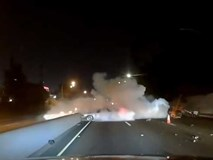 Ôtô mất lái lao vào biển hiệu khiến xe bốc khói ngùn ngụt