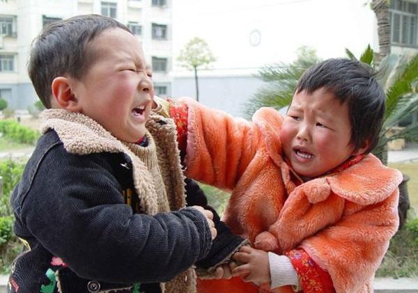 Con trai hung hăng đánh bạn, bà mẹ trẻ không nói gì, đánh lại con 1 cái khiến cậu ngượng đỏ mặt, ai chứng kiến cũng vỗ tay-1