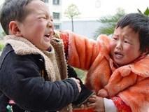 Con trai hung hăng đánh bạn, bà mẹ trẻ không nói gì, đánh lại con 1 cái khiến cậu ngượng đỏ mặt, ai chứng kiến cũng vỗ tay